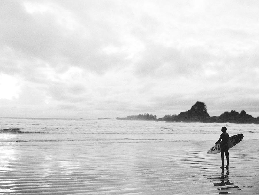 064-Tofino-surfer-Cox-Bay